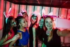 Groupe d'amis de sourire prenant un selfie de téléphone portable Image libre de droits