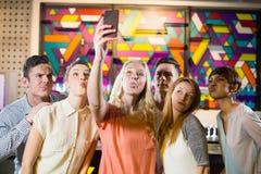 Groupe d'amis de sourire prenant un selfie de téléphone portable Photos libres de droits