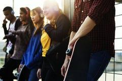 Groupe d'amis dehors concept de loisirs de mode de vie d'école et de musique Photo libre de droits