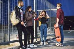Groupe d'amis dehors concept de musique de mode de vie d'école et de loisirs Photos libres de droits