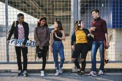 Groupe d'amis dehors concept de musique de mode de vie d'école et de loisirs Images stock