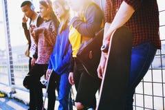 Groupe d'amis dehors concept de musique de mode de vie d'école et de loisirs Photo libre de droits