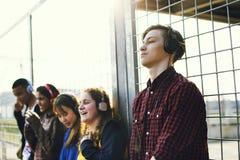 Groupe d'amis dehors concept de musique de mode de vie d'école et de loisirs Photos stock