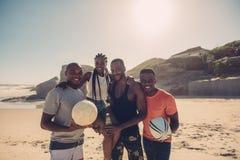 Groupe d'amis des vacances de plage d'été Images stock