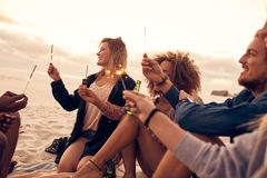 Groupe d'amis des vacances de plage Photo stock