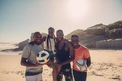 Groupe d'amis des vacances de plage d'été Image stock