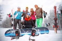 Groupe d'amis des vacances d'hiver - skieurs ayant l'amusement sur le s Image libre de droits
