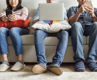 Groupe d'amis divers à l'aide des dispositifs numériques Images libres de droits