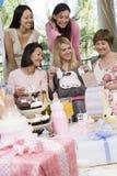 Groupe d'amis divers à une fête de naissance Image libre de droits