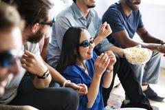 Groupe d'amis divers observant le film 3D ensemble Images libres de droits