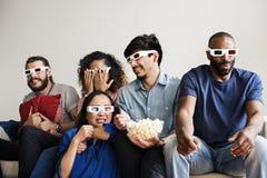 Groupe d'amis divers observant le film 3D ensemble Photographie stock libre de droits