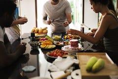 Groupe d'amis divers préparant le barbecue dans la cuisine ensemble Images stock