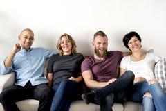 Groupe d'amis divers s'asseyant ensemble Photos libres de droits