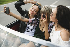 Groupe d'amis divers sur le voyage par la route ensemble Photo libre de droits