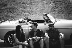 Groupe d'amis divers sur le voyage par la route se reposant en la voiture Togethe Photographie stock libre de droits