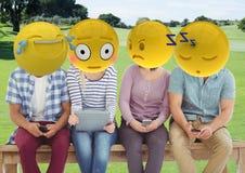 groupe d'amis en parc Emoji font face Photographie stock libre de droits