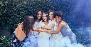 Groupe d'amis en partie de fête de naissance Photos libres de droits