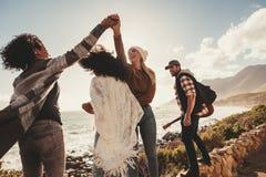 Groupe d'amis en vacances appréciant dehors Image libre de droits