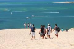 Groupe d'amis en voyage à dune de pilat un jour chaud d'été Photo libre de droits