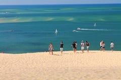 Groupe d'amis en voyage à dune de pilat un jour chaud d'été Image libre de droits