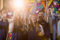 Groupe d'amis encourageant en partie tout en ayant le verre de champagne Photos stock
