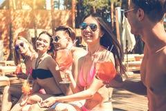 Groupe d'amis ensemble dans les loisirs de piscine Image stock