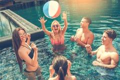Groupe d'amis ensemble dans les loisirs de piscine Photos stock