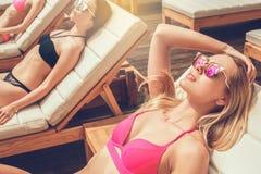 Groupe d'amis ensemble dans les loisirs de piscine Photo stock
