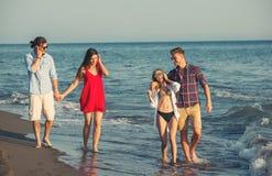 Groupe d'amis ensemble sur la plage Photos stock