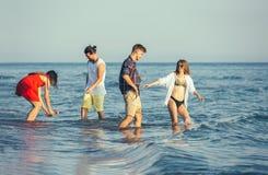 Groupe d'amis ensemble sur la plage Photographie stock