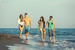 Groupe d'amis ensemble sur la plage Image libre de droits