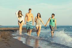 Groupe d'amis ensemble sur la plage Image stock