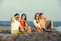 Groupe d'amis ensemble sur la plage Photo stock