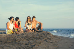 Groupe d'amis ensemble sur la plage Photo libre de droits