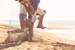 Groupe d'amis ensemble sur la plage ayant l'amusement Photographie stock libre de droits