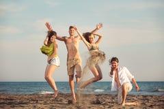 Groupe d'amis ensemble sur la plage ayant l'amusement Images libres de droits