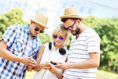 Groupe d'amis et de leurs smartphones Photo libre de droits