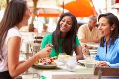 Groupe d'amis féminins appréciant le déjeuner dans le restaurant extérieur Image libre de droits