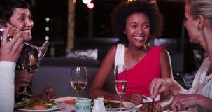 Groupe d'amis féminins appréciant le repas au restaurant de dessus de toit clips vidéos