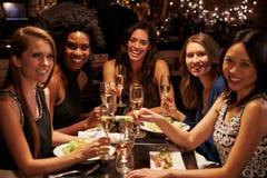 Groupe d'amis féminins appréciant le repas dans le restaurant Photographie stock