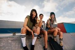Groupe d'amis féminins au parc de patin Photos stock