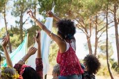 Groupe d'amis féminins ayant l'amusement dans le festival de musique Image libre de droits