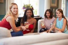 Groupe d'amis féminins détendant à la maison avec des boissons Images libres de droits