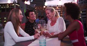 Groupe d'amis féminins détendant ensemble à la barre de dessus de toit banque de vidéos