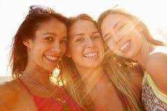 Groupe d'amis féminins des vacances d'été ensemble Image libre de droits