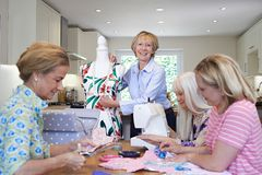 Groupe d'amis féminins se réunissant à la maison pour le club de couture Photos stock
