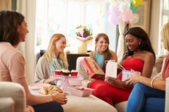 Groupe d'amis féminins se réunissant pour la fête de naissance à la maison Photographie stock
