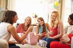 Groupe d'amis féminins se réunissant pour la fête de naissance à la maison Photographie stock libre de droits