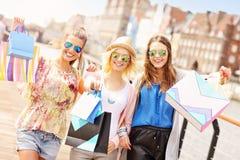 Groupe d'amis faisant des emplettes dans la ville Photos stock