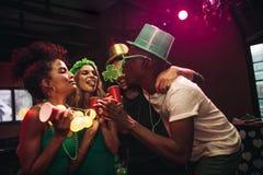 Groupe d'amis faisant la fête à la boîte de nuit Photo stock